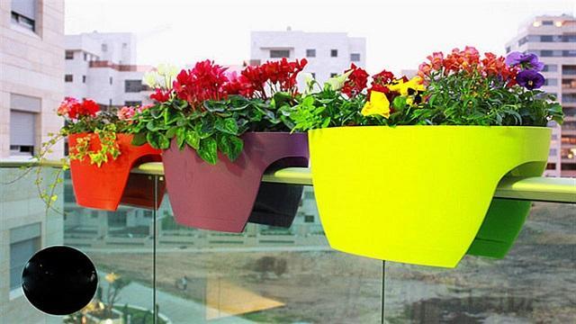 Chậu hoa kẹp lan can có thiết kế đặc biệt có thể bám chắc trên lan can, hành lang nhựa mà không cần ốc vít