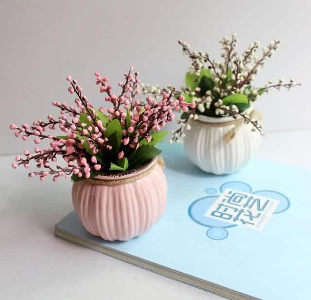 Để mang đến nhiều may mắn, tài lộc, bạn cần chọn chậu hoa để bàn phù hợp về màu sắc, tạo hình của cây cảnh.